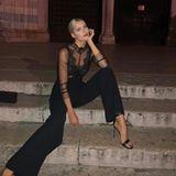 Zu der Fashionshow von Intimissimi in Verona lässt sich Lena Gercke von Dessous des Labels inspirieren. Sie kommt in einemDessous-Body, den sie zu einer weiten Anzughose kombiniert. Die Heels machen das ganze nochmal eine Nummer heißer.
