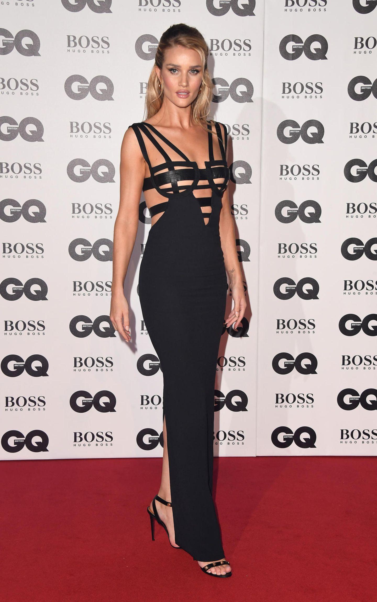 GQ Men of the Year Awards 2018: In einem Vintage-Kleid von Versace, das Naomi Campbell bereits 1992 bei einer Fashionshow präsentierte, ist Rosie Huntington-Whiteley der wohl heißeste Anblick des Abends.