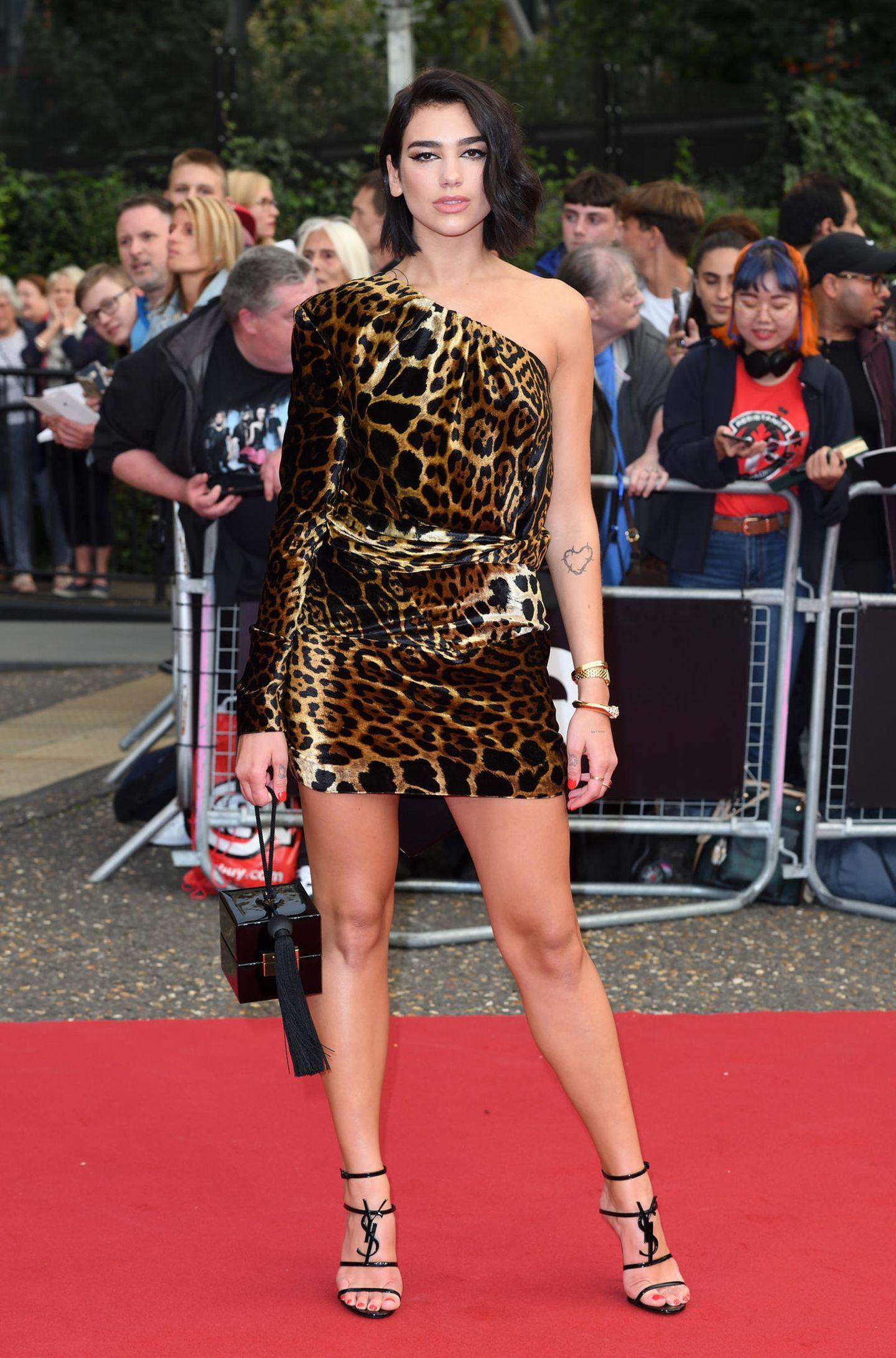 GQ Men of the Year Awards 2018: One-Shoulder und Leo-Print: Dua Lipas Minikleid von Saint Laurent vereint gleich zwei Trends. Ihre Heels des Labels gelten momentan übrigens als der letzte Schrei.