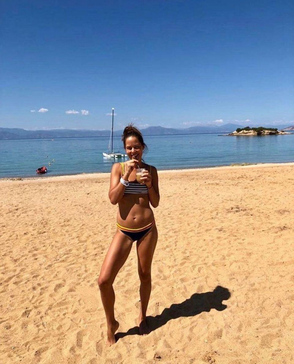 Ana Ivanovic möchte noch gar nicht glauben, dass der Sommer vorbei ist und postet dieses Urlaubsfoto auf Instagram. Wir hingegen wollen unseren Augen gar nicht glauben. Im Bikini macht Ana eine Hammer-Figur - dabei hat sie doch erst im März ihren Sohn auf die Welt gebracht.