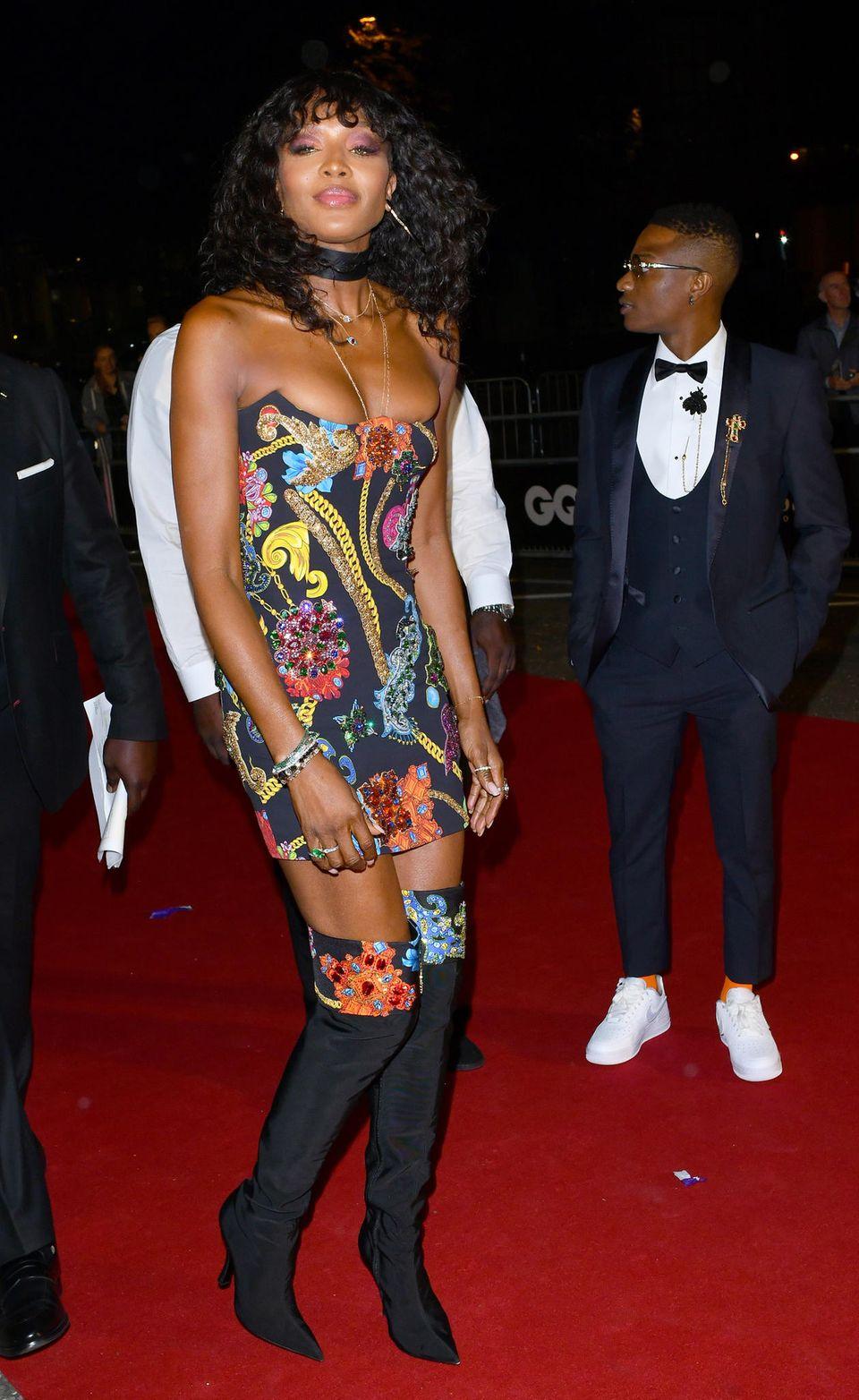 Wir können unseren Blick kaum abwenden: Was ist denn im Dekolleté von Naomi Campbell passiert? Das Mini-Kleid scheint dem Modelbei ihrem Auftritt auf dem roten Teppich der GQ-Awards buchstäblich alles abzudrücken. Ob es das Kleid nicht auch in einer Nummer größer gab, liebe Naomi?
