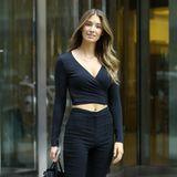 """Ein weiteres deutsches Model hat es in die Callbacks der US-amerikanischen Dessous-Marke geschafft: Lorena Rape aus Bremen. Bei ihremzweitenLook hat sie sich für ein Outfit ganz in Schwarz entschieden. Einziger """"Farbtupfer"""" sind ihre sexy Overknee-Stiefel in dunkelgrün."""