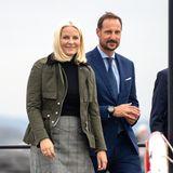 So bodenständig zeigt sich Kronprinzessin Mette-Marit selten. Zusammen mit ihrem Liebsten, Kronprinz Haakon ist sie auf Provinzreise im norwegischen Vestfold und schlüpft hierfür in für den Anlass passende Gummistiefel. Nassen Füßen hat sie so perfekt vorgebeugt!