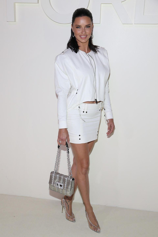 Als Topmodel steht Adriana Lima sonst selber auf dem Catwalk. Bei Tom Ford mischt sie sich allerdings unter die Gäste.