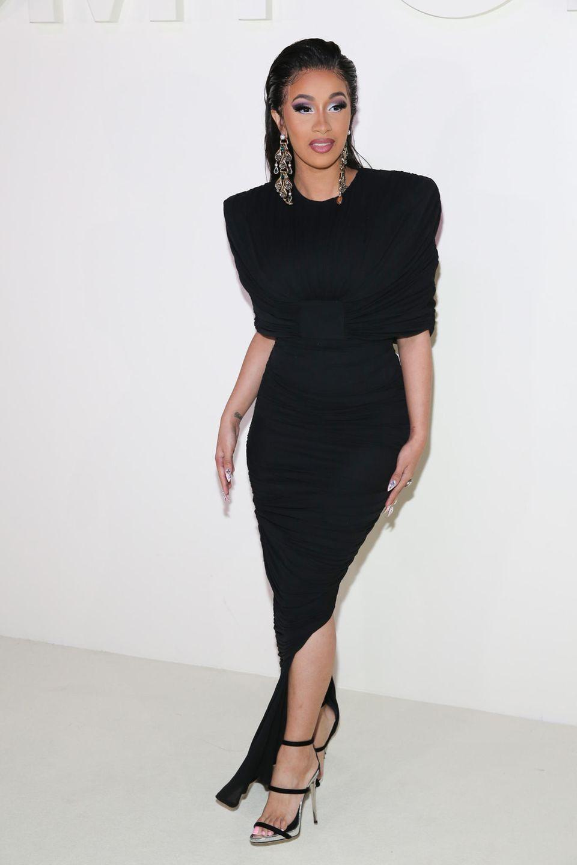 Auch Cardi B ist zu der Fashionshow von Tom Ford gekommen. Sie zeigt sich viel hochgeschlossener als sonst.