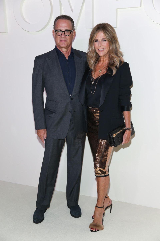 Tom Hanks und Rita Wilson geben schon seit 30 Jahren ein traumhaftes Ehepaar ab. Das ist bei der Fashionshow von Tom Ford nicht anders. Noch immer strahlen sie vor Liebesglück.
