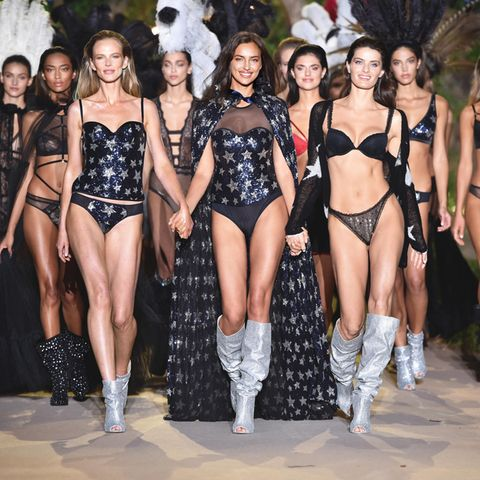 Zum Abschluss rocken noch einmal alle Models den Laufsteg und werden von der tollen Irina angeführt. Woooow!