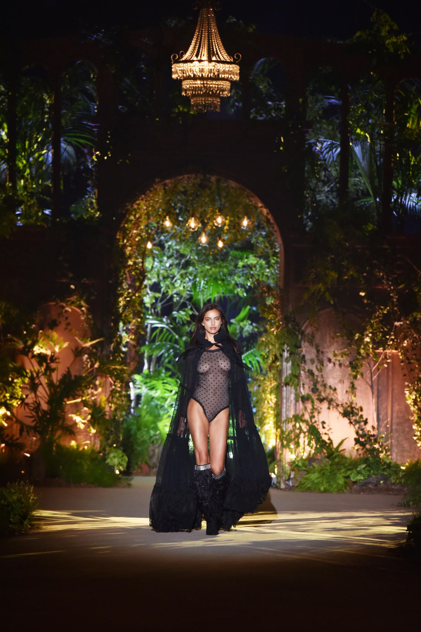 Wow, was für ein Comeback! Supermodel Irina Shayk, die im März 2017 ihre Tochter Lea de Seine zur Welt brachte, ist zurück auf dem Catwalk. Für Intimissimi eröffnet sie in Verona die wohl heißeste Show des Jahres.