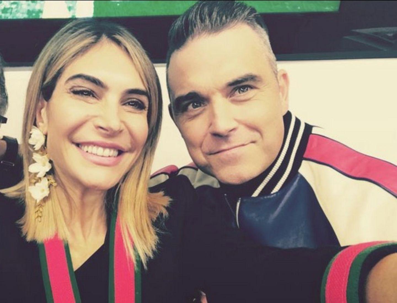 14. Juni 2018  Nach Robbies Auftritt bei der Fußballweltmeisterschaft 2018 schießt das Pärchen noch schnell ein Selfie für die Instagram-Fans.