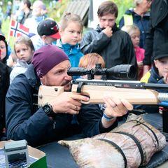 Tag 3  Hochkonzentriert hält Prinz Haakon das Gewehr beim Schießstand im NaturparkKjaerrafossen