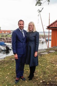 Tag 3  Bei ihrem Besuch in Stavern zeigen sich Prinz Haakon und Prinzessin Mette-Marit im Partnerlook.
