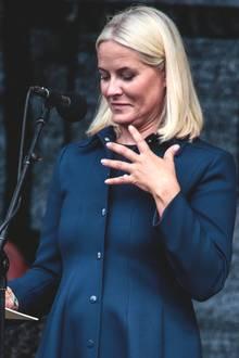 Tag 3  Bei ihrer Rede auf dem ehemaligen Marinestützpunkt inFredriksvern wird Prinzessin Mette-Marit von einer Wespe attackiert.