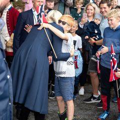 Tag 3  Liebevoll begrüßt Prinzessin Mette-Marit einen kleinen Fan mit einer Umarmung.