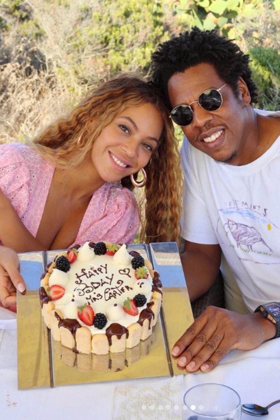 """4. September 2018  Auf Sardinien feiert Beyoncé Knowles mit ihrem Mann Jay Z ihren 37. Geburtstag. Bei herrlichstem Sonnenschein gibt es eine Torte mit der Aufschrift """"Happy B-Day Mrs. Carter."""