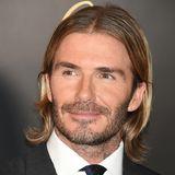 Auch langes Haar hat der Familienvater und Fußballstar schon ausprobiert. David Beckham kann wirklich fast alles tragen...