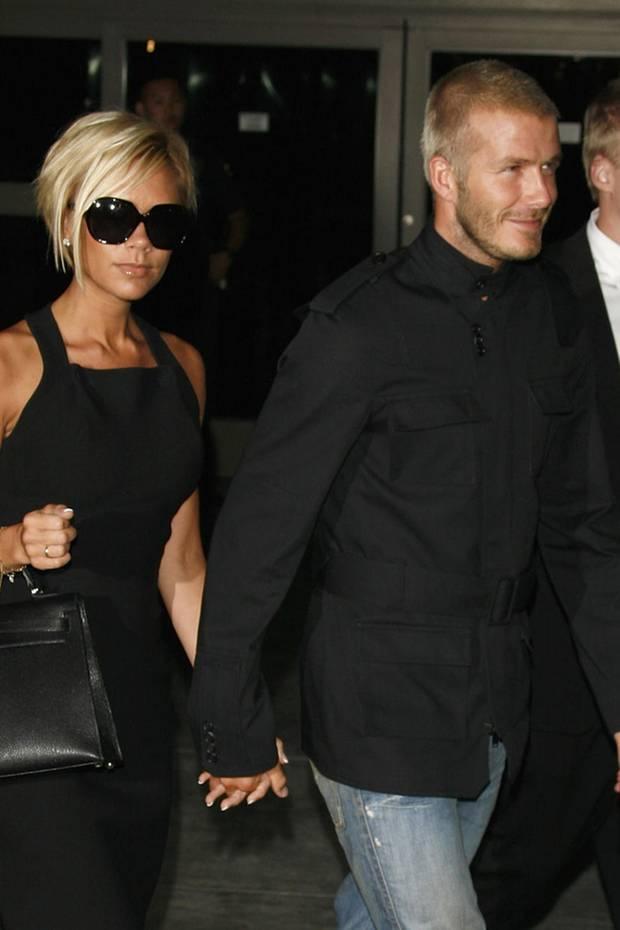 David Beckham hat im Laufe seiner Karriere mehr Frisuren ausprobiert, als Frauen: Vor über 10 Jahren zeigt er sich mit Victoria Beckham und einer coolen Glatze am Flughafen in Los Angeles.