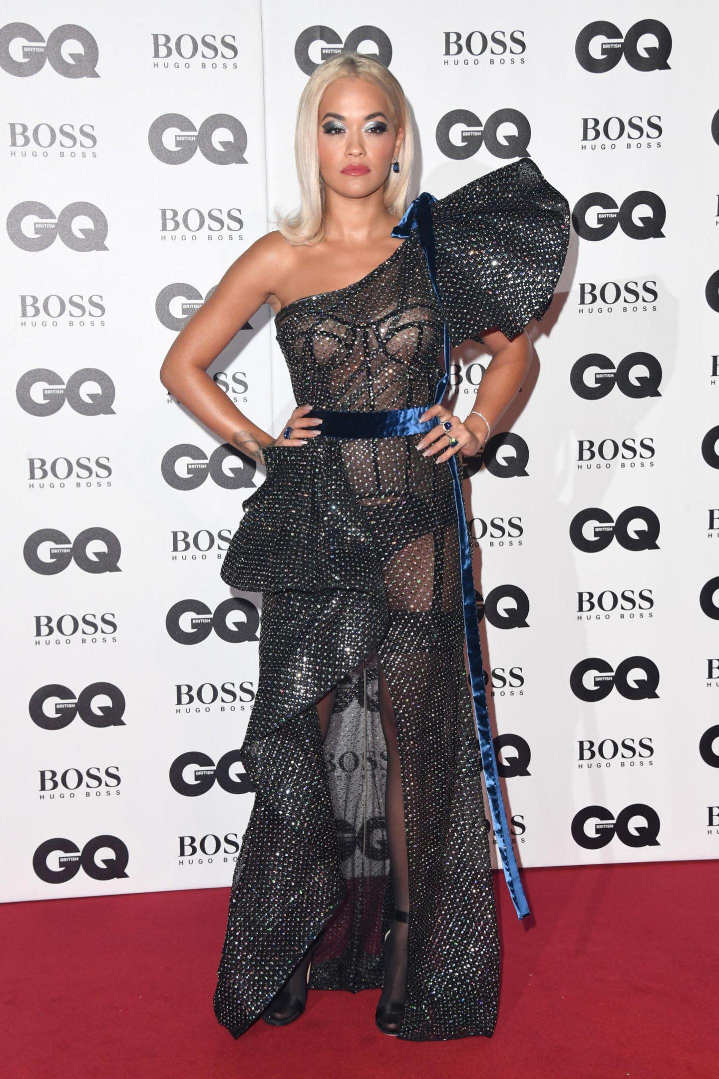 Rita Ora erscheint zu den GQ Awards in London in einem heißen, doch sehr freizügigen Kleid und ist damit Gesprächsthema Nummer eins. Das auffällige Volantkleid der Designer Ralph & Russo gewährt pikante Einblicke bei der Sängerin.