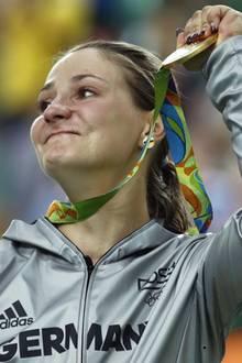 Eine traurige Nachricht erreichte die Sportwelt heute: Olympiasiegerin Kristina Vogel hat sich bei ihrem Sturz im Training so schwer verletzt, dass sie nie wieder gehen kann.