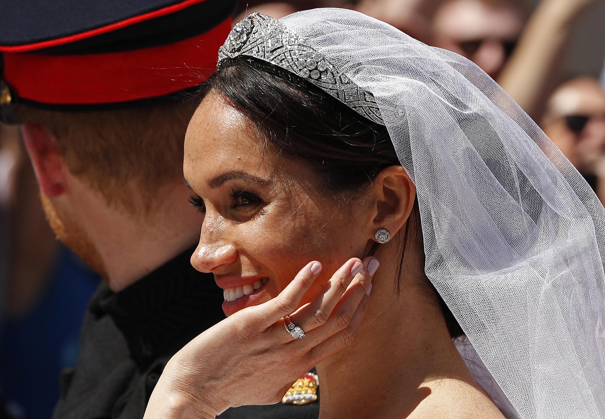 In der Kutsche trägt Herzogin Meghan ihren Verlobungsring schon über ihrem Ehering.