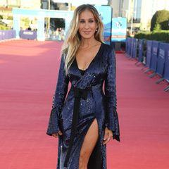 Bei einem Filmfestival in Frankreich trägt die Schauspielerin ein dunkelblaues Glitzerkleid mit einem raffinierten Detail: Der Beinschlitz ist extrem tief geschnitten, sodass Sarah ihre hübschen Beine zeigen kann.