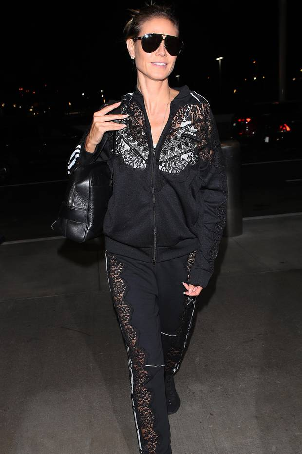 Spitzenmäßig! Heidi Klum kommt gut gelaunt am Flughafen von Los Angeles an. In einem schwarzen Trainingsanzug mit Spitzendetails und schwarzer Pilotenbrille schlendert sie vorbei an den Fotografen. Von ihrem aktuellen Lover Tom Kaulitz fehlt allerdings jede Spur ...