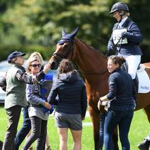 Während Zara Tindall an dem Turnier teilnimmt, kümmern sich Mutter Prinzessin Anne und ihre Freundin um Tochter Lena.