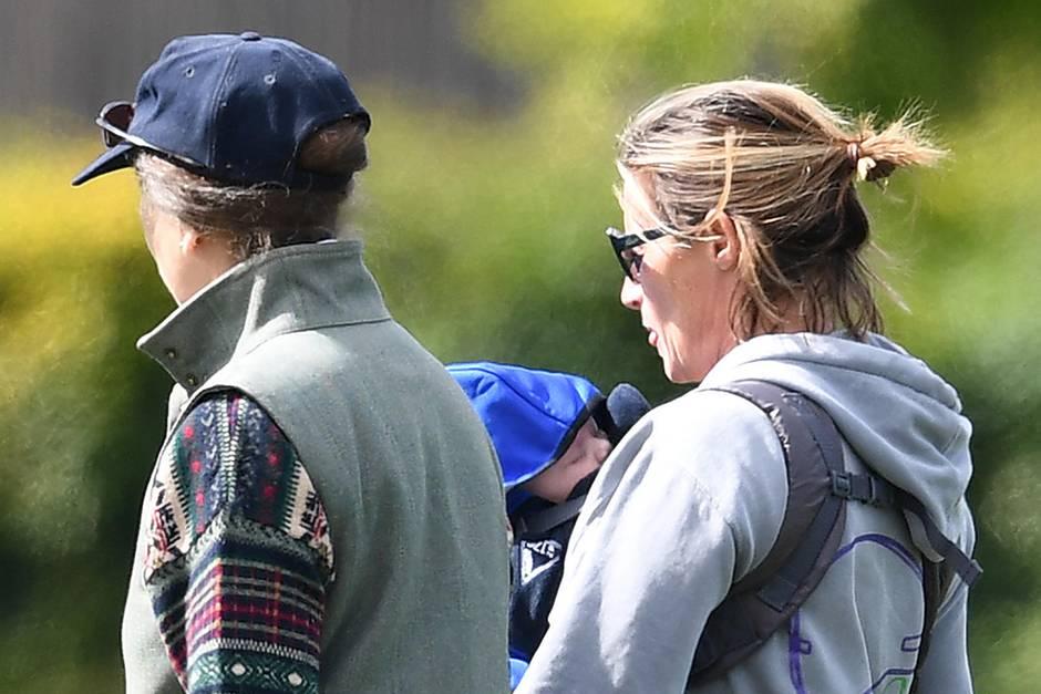 Zara Tindalls Freundin und Trauzeugin Dolly Maude trägt hier die kleine Lena Tindall.