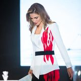 Einen feurigen Auftritt legt Königin Rania bei der Xin Philanthropy Konferenz in China hin. Dort hält die Königin eine Rede und hat sich für diesen Anlass ein edles Business Outfit ausgesucht. Allerdingswer jetzt vermutet, es sei ein schlichtes Kostüm, dessen Erwartungen werden übertroffen. Rania trägt einen raffinierten Blazer, der mit roten Flammen verziert ist.