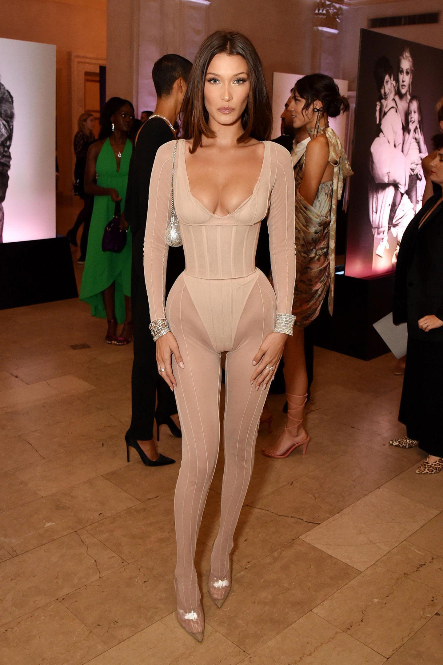 Der nudefarbene Bodysuit von Bella Hadid erregt zumindest einiges Aufsehen.