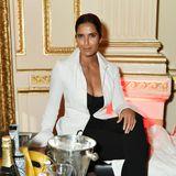Selbst sitzend stylisch in Schwarz und Weiß: Padma Lakshmi