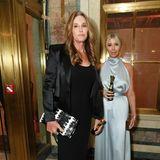 Caitlyn Jenner und Sophia Hutchin haben sich beide für Satin-Looks entschieden.
