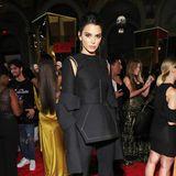 """Ganz ungewöhnlich präsentiert sich Kendall Jenner bei der """"ICONS""""-Party in einemOutfit von Vera Wang."""