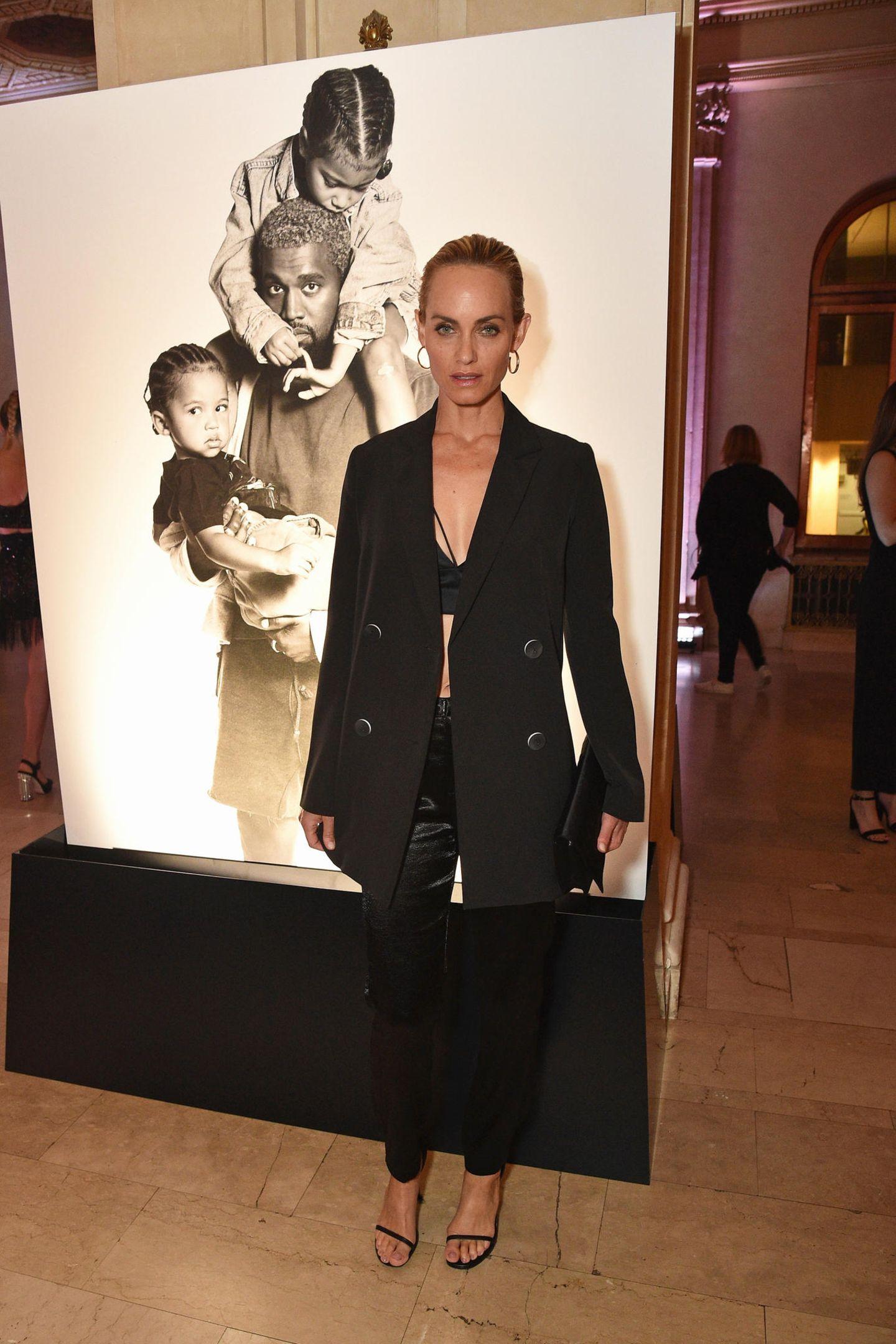 Amber Valletta gibt sich im schwarzen Blazer-Look recht zurückhaltend.