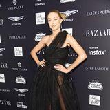 """Einen Hauch von Punk präsentiert Gigi Hadid bei der """"ICONS""""-Party im schwarzen Tüll-Dress von Vivienne Westwood."""