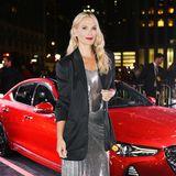 Verdeckter Glamour: Molly Sims trägt Blazer zum Silber-Dress.