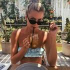 """Lena Gercke lässt sich ihre Erfrischung schmecken. Das klassische Wasser """"pimpt"""" sie mit Eiswürfeln und Zitronenscheiben zu einer Art Limonade."""