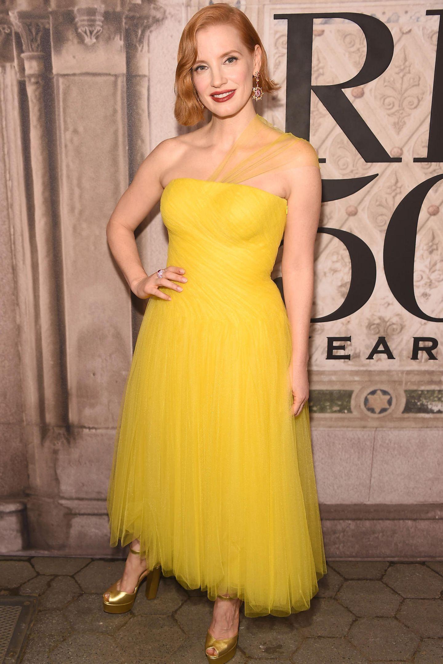 Jessica Chastain strahlt vor der Fashionshow mit ihrem Kleid um die Wette.