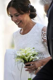 8. September 2018  Was für ein Strahlen!Désirée, mitelegantem Chignon und zartem Brautbouquet könnte nicht glücklicher aussehen.