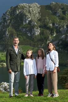 8. September 2018  Oben angekommen können Felipe, Leonor, Sofia und Letizia nicht nur den fantastischen Ausblick genießen, sondern eröffnen bei der Gelegenheit gleich noch einen neuen Aussichtspunkt über dem Covadonga-See.
