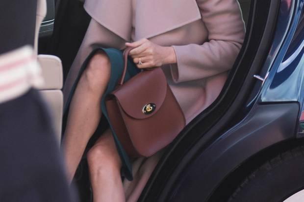 Als Herzogin Meghan aus dem Auto steigt, hält sie ihre Tasche vor ihren Schritt. So kann ihr niemand unter den Rock gucken.