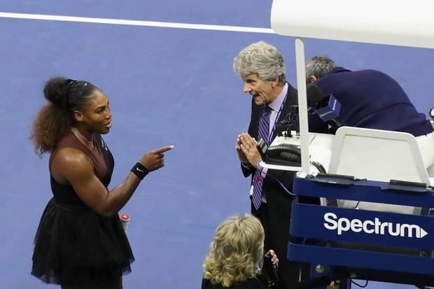 Serena Williams diskutiert mit dem SchiedsrichterCarlos Ramos und einem Supervisor