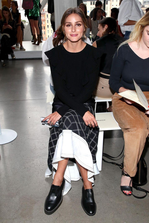 Bei der New York Fashion Week darf eine natürlich nicht fehlen: Olivia Palermo. Sie schaut sich die neue Kollektion von Self-Portrait an.