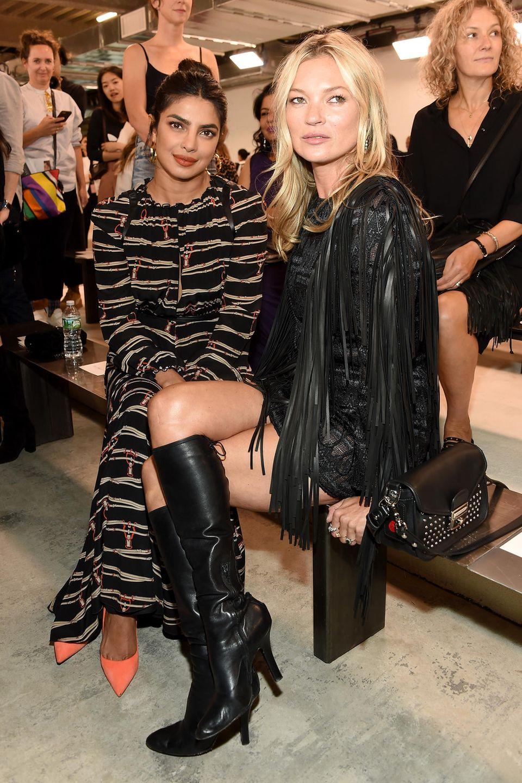 In der Front Row sitzen Kate Moss und Priyanka Chopra nebeneinander.