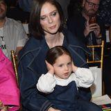 Coco Rocha ist mit ihrer Tochter gekommen, die schon im letzten Jahr dabei war. So richtig scheint's ihr jedoch nicht zu gefallen.