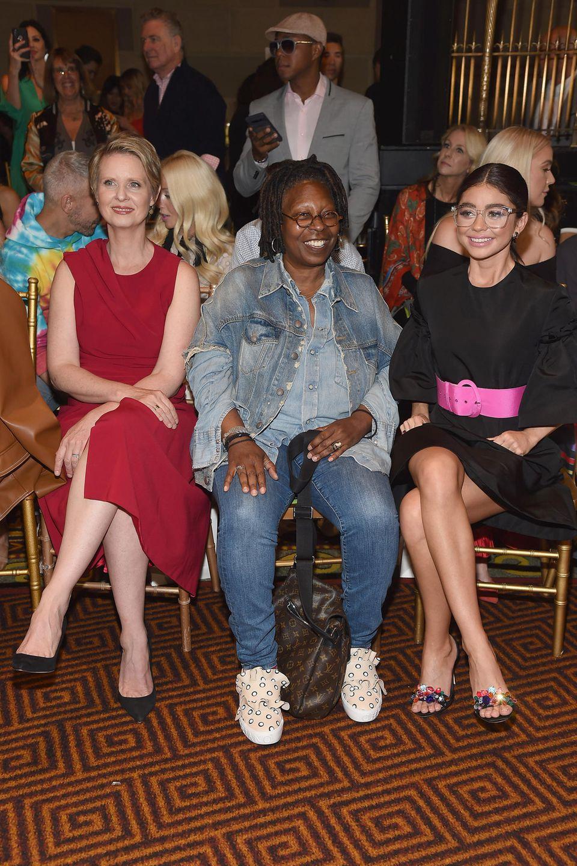 Eine wild gemischte Front Row hält Christian Siriano für uns bereit:Cynthia Nixon, Whoopi Goldberg und Sarah Hyland haben hier das Vergnügen miteinander.