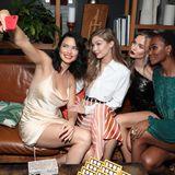 Die Models sind den Abend über unzertrennlich und schießen ein Selfie nach dem nächsten.