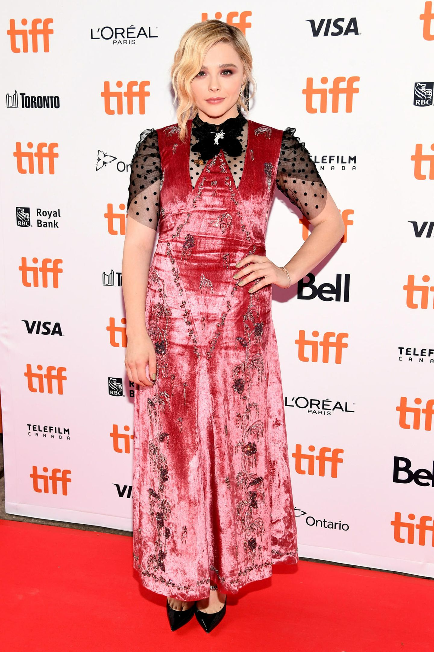 """Chloë Grace Moretz wagt sich bei der Toronto-Premiere von """"Greta"""" mit diesem Kleid von Erdem an einen schwierigen Look."""