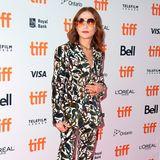 """Im auffälligen, floralen Anzug zieht Isabelle Huppert bei der Premiere von """"Greta"""" alle Blicke auf sich. Nicht zuletzt der coolen Sonnenbrille wegen."""