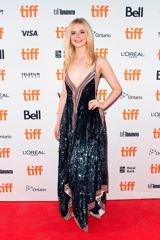 Nachtblau glitzert Elle Fanning in einem Kleid von Valentino.