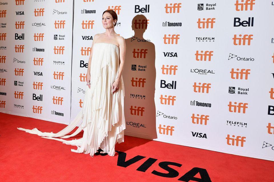 Im Plissee-Look von Givenchy Haute Couture dürfen die Fans Julianne Moore auf dem Red Carpet bewundern.